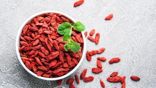 Goji-Beeren werden getrocknet, als Fruchtzubereitung bzw. Konfitüre, als Pulver und in Kapselform, in Nahrungsergänzungsmitteln und Teemischungen auch als Bestandteil verschiedener Rezepturen verkauft. (m / Foto: almaje / stock.adobe.com)