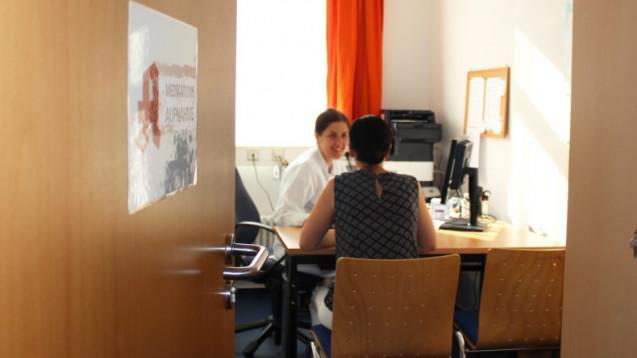 Apothekerin führt Medikamentenaufnahmegespräch mit Patientin nach stationärer Aufnahme im Kreiskrankenhaus Prignitz in Perleberg. (Foto: J. Braun)