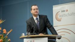 Eckart Bauer zeigte auf, wie das durchschnittliche Betriebergebnis einer Apotheke berechnet wird – und welchen Risiken es ausgesetz ist. (Foto: P. Külker)
