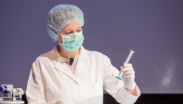Augentropfen und Augensalben:Dr. Petra Steinbeck und Christine Bamberger demonstrierten die aseptische und sterile Herstellung beim Rezeptur-Symposium.