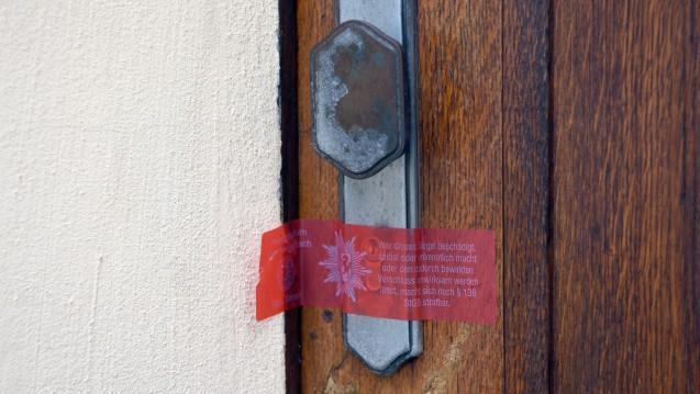 Nach drei Todesfällen: Die Tagesklinik des Heilpraktikers in Brüggen-Bracht wurde nach den Todesfällen vorübergehend versiegelt, das Namensschild abgeschraubt. (Foto: dpa / picture alliance)