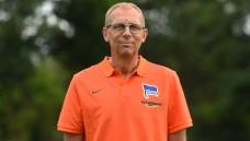 Schmerzmittel sind Ultima Ratio: Dr. Ulrich Schleicher, Mannschaftsarzt des Fußball-Bundesligisten Hertha BSC meint, dass in den meisten Vereinen so viele Kontrollmechanismen installiert sind, dass ein Schmerzmittel-Missbrauch bei Spielern schnell bemerkt werden könnte. (Foto: dpa)