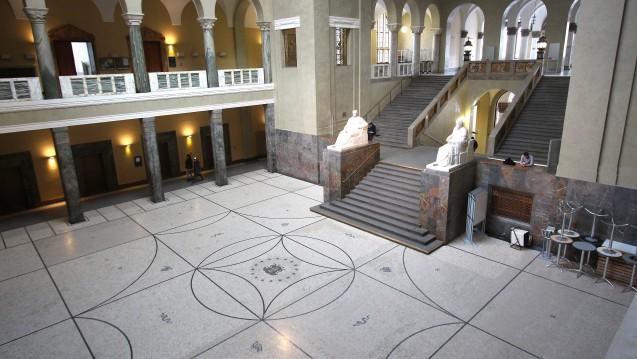 Die Delegiertenversammlung der Bayerischen Landesapothekerkammer (BLAK) hat einen Antrag zur Nicht-Besetzung einer Professur für Klinische Pharmazie an der LMU München (hier der Eingangsbereich) vorerst auf Eis gelegt. (c / Foto: imago)