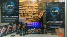 Kondom statt Porno: Nach dem Hackerangriff versucht dieCleemann-Apotheke in München das Beste aus der Situation zu machen. (Foto: Apotheke)