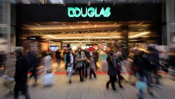 Douglas plant Online-Marktplatz und schließt Filialen