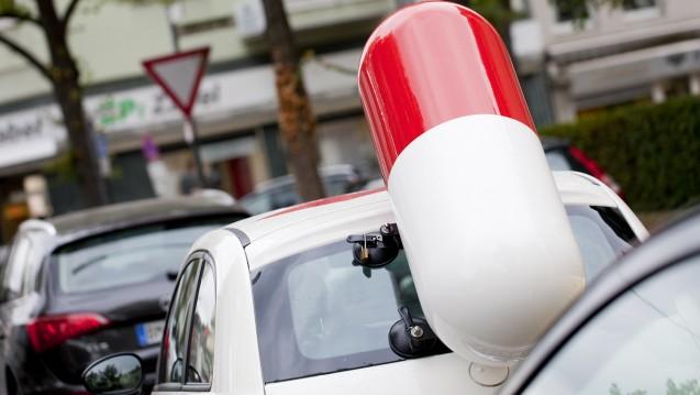 Diebstahl der besonderen Art: In Kassel haben Unbekannte am Wochenende vor Ostern die Riesen-Kapsel an einem Pillentaxi abmontiert und geklaut. (Foto: dpa)