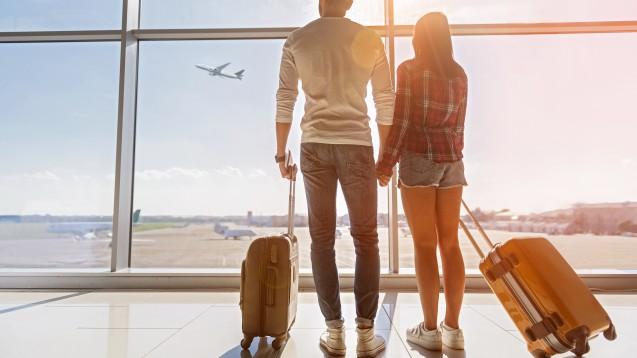 Auf Flugreisen sollte die Kleidung generell möglichst bequem sein und locker anliegen. Wer lange Strecken in den Urlaub fliegt, sollte zudem an Kompressionsstrümpfe denken. (b / Foto: zilvergolf / stock.adobe.com)