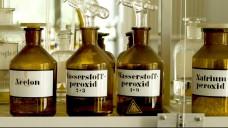 Bei großen Mengen bestimmter Chemikalien, wie Aceton oder hochkonzentriertes Wasserstoffperoxid, sollen Apotheker hellhörig werden, rät die Schweizer Polizei. (Foto: picture alliance / Shotshop)