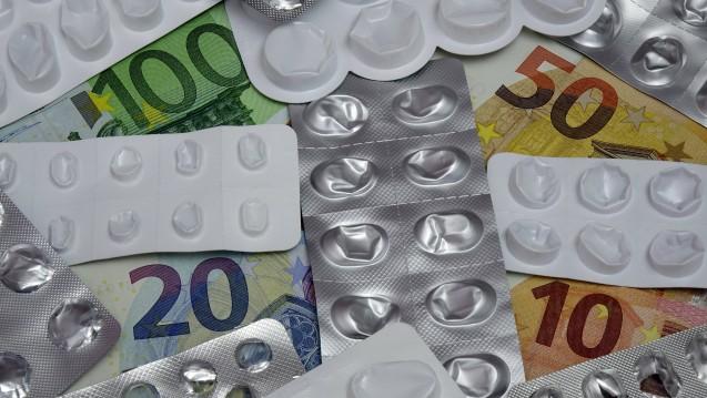Seit dem 19. Juni 1989 gibt es die Festbeträge, inzwischen sparen die Kassen pro Jahr etwa 8,2 Milliarden Euro damit. Aber für viele sind sie auch ein Fluch. (s / Foto: imago images / Steinach)