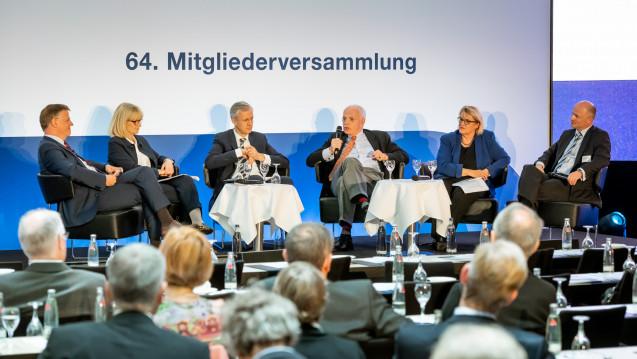 Impfungen, Folgerezepte und Notfallmedikamente in der Apotheke? Darüber diskutierten Hermann Kortland (BAH), Karin Maag (CDU), Thomas Müller (BMG), Johann Magnus von Stackelberg (GKV-SV), Kordula Schulz-Asche (Grüne) und Dr. Ralf Mayr-Stein (BAH). (m / Foto: BAH)