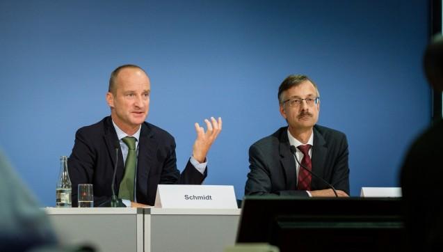 Etwas mehr bitte: ABDA-Präsident Friedemann Schmidt (li.) und Hauptgeschäftsführer Sebastian Schmitz erklären im Sommer 2016, warum die ABDA 2017 mehr Geld von den Kammern und Verbänden benötigt. (Foto: ABDA / Wagenzik)