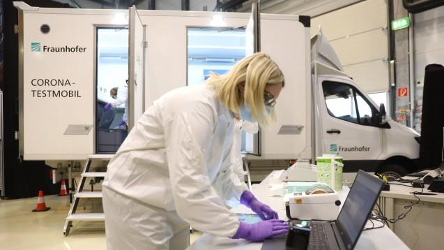 Fraunhofer-Forschende entwickeln aktuell ein neues SARS-CoV-2-Testverfahren, das die bisherige minimale Nachweiszeit von vier Stunden auf nur 40 Minuten reduzieren könnte und durch den Wegfall komplexer, kostspieliger Analysegeräte eine mobile Vor-Ort-Testung ermöglichen soll. (m / Foto: xcitepress / imago images)