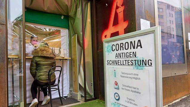 In vielen Apotheken werden wie hier in Wien, Gratis-Schnelltests angeboten. (Foto: IMAGO / photonews.at)