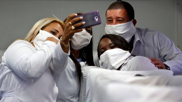 Kubanische Ärzte und Pfleger helfen inzwischen in etwa 60 Ländern bei der Versorgung von Corona-Patienten. (Foto: imago images / Agencia EFE)