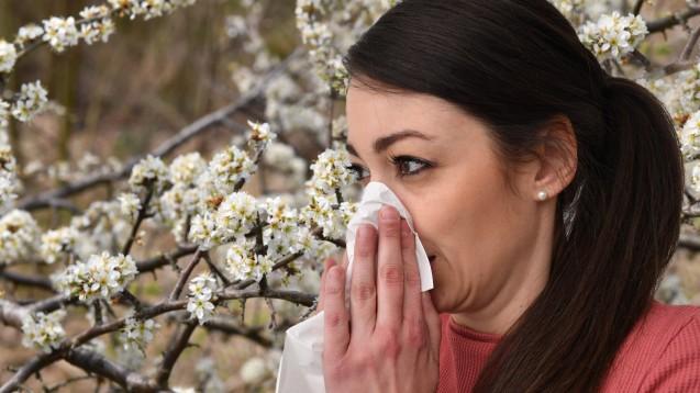 Als Ursache für die geringe Nachfrage bei Allergiemitteln sehen gut drei Viertel der Apothekenleiter die aktuellen Corona-Schutzmaßnahmen, wie das Tragen von Masken. (Foto: IMAGO / Sven Simon)
