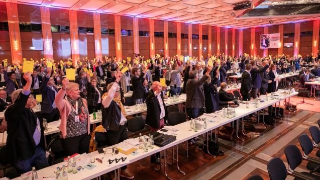 Wie umgehen mit der Bundesrats-Stellungnahme zum Rx-Versandverbot? Nach leidenschaftlichen Diskussionen gab es am Ende des zweiten DAT-Tages für den dritten Änderungsantrag eine klare Mehrheit. (Foto: Schelbert)