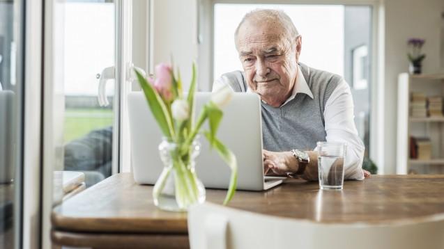In einer Studie soll erprobt werden, ob insbesondere ältere Menschen in Corona-Quarantäne davon profitieren, wenn ihre Vitalfunktionen dauerhaft überwacht werden. (Foto: imago images / Westend61)