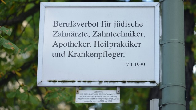Im Bayerischen Viertel in Berlin erinnert ein Straßenschild an das Anfang 1939 ausgesprochene Berufsverbot gegen jüdische Pharmazeuten. (r / Foto: Imago)