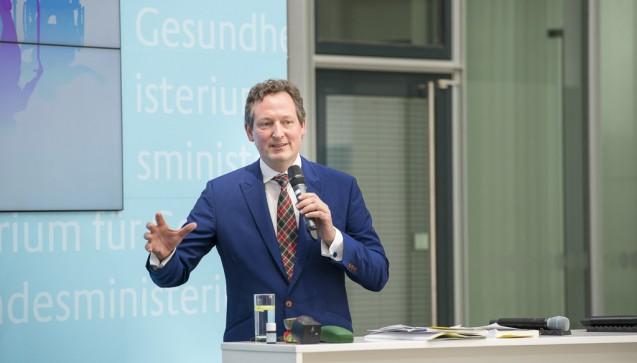 Arzt und Moderator Eckart von Hirschhausen führte durch die Veranstaltung im BMG.