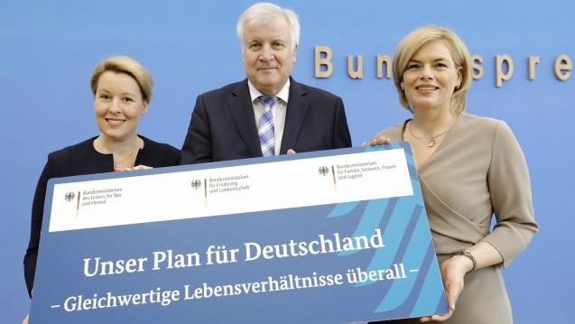 Familienministerin Franziska Giffey (SPD), Innenminister Horst Seehofer (CSU) und Landwirtschaftsministerin Julia Klöckner (CDU) stellten im Juli dieses Jahres ihren Deutschland-Plan vor, dabei sind auch Apotheken und Versandhändler. (b/Foto: imago images / J. Schicke)