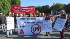 Pharmazeuten bei der Demo in Berlin: Was folgt mit TTIP für Apotheken? (Bild: VdPP)