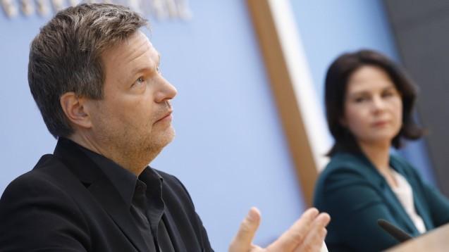 Robert Habeck oder Annalena Baerbock – wer wird als Spitzenkandidat:in für die Grünen ins Rennen gehen? Erst einmal stehen Inhalte im Vordergrund, am Wahlprogramm soll nun gefeilt werden . (Foto: )IMAGO / Metodi Popow