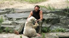 Knut und sein Pfleger im Jahr 2007 – heute leben beide nicht mehr. (Foto: Sket)