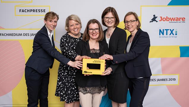 """Das PTAheute-Team freut sich über die  Auszeichnung zum """"Fachmedium des Jahres 2019"""": (v.l.n.r.) Jacqueline  Farin, Martina Busch, Dr. Iris Milek, Dr. Claudia Neul, Sabine Stute. (Foto: Markus Nass)"""