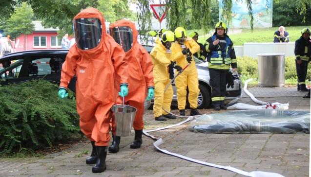 Weitere Feuerwehr-Kräfte halten sich bereit.(Foto:SVZ/Holger Glaner)