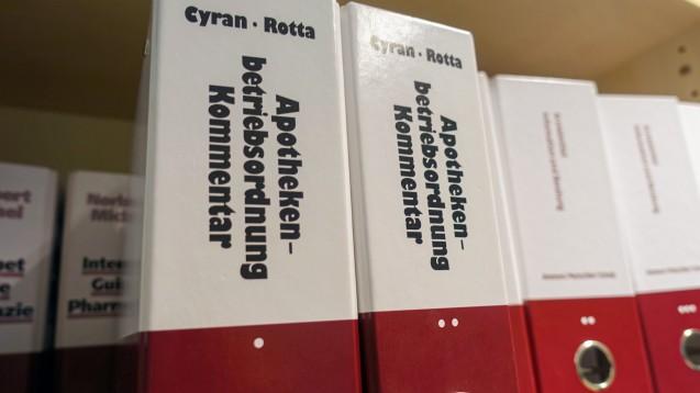 In der Apothekenbetriebsordnung findet sich gegenwärtig ein merkwürdiger Verweis zur Rezept-Vorlage durch PTA. Das BMG muss jetzt korrigieren – ehe der redaktionelle Fehler in die Kommentarliteratur eingeht. (c / Foto: DAZ.online)