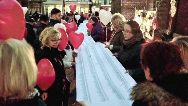 Die Patienten des Bottroper Zyto-Apothekers und deren Angehörige demonstrierten im vergangenen Jahr vor der Bottroper Apotheke. Nun geht es um die Frage, wie die Betroffenen entschädigt werden könnten. (m / Foto: hfd)