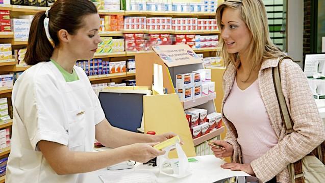 Apotheker, die an vorderster Front die Patienten beraten und beruhigen sollen, sind über viele Dinge im Unklaren, kritisiert DAZ-Chefredakteurin, Dr. Doris Uhl. (Foto: b /picture alliance / chromorange)