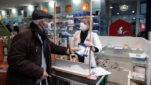 Apotheken haben während der Pandemie viel geleistet, insbesondere bei der Desinfektionsmittelherstellung, bei der Maskenausgabe, beim Testen und bei der Imfpstofflieferung an Hausärzte. Das würdigt auch die Politik in Niedersachsen (x / Foto: IMAGO / localpic)