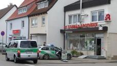 Die Polizei fahndet: Mit dem Schrecken davongekommen sind die Mitarbeiter der St-Cosmas-Apotheke in Pfuhl. (Foto: Michael Böhm / Neu-Ulmer Zeitung)