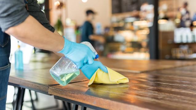 Wenn Gastronomien geöffnet haben dürfen, sprühen sie häufig nach jedem Besucher die Tische mit Desinfektionsmitteln ein, statt diese zu reinigen. Forscher warnen nun vor der möglichen Gefahr eines Zuviels an Hygiene. (Foto: bignai / stock.adobe.com)