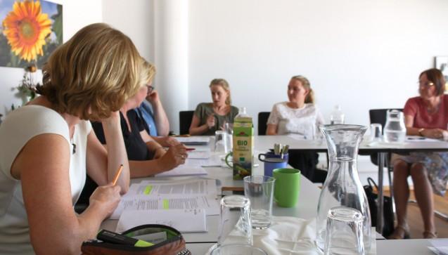 Die stellv. Fraktionsvorsitzende der Grünen-Bundestagsfraktion, Kerstin Andreae, (links) im Gespräch mit Apothekern. (Foto: Andreae)