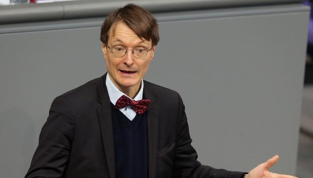 """Kämpft gegen ein schnelles Verbot: SPD-Gesundheitsexperte Karl Lauterbach geht vehement gegen das von Union und Apothekern geforderte Rx-Versandhandelsverbot vor. Er schrieb alle SPD-Abgeordneten deswegen an. In einem Brief an alle SPD-Bundestagsabgeordneten forderte der Fraktionsvize seine Parteikollegen auf, nicht dem Druck der Apotheker nachzugeben. Vielmehr seien Rx-Boni eine """"interessante Sparmöglichkeit"""" und Veränderungen am Apothekenhonorar notwendig.(Foto: dpa)"""