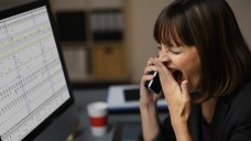 Müde bei der Arbeit: Was ist die richtige Schlafdauer? (Foto: contrastwerkstatt /Fotolia)