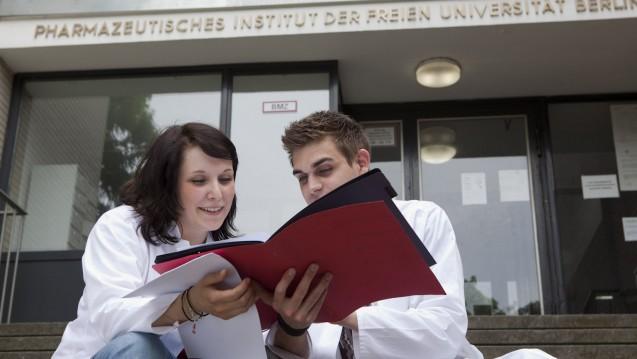 Das Pharmaziestudium sollte neue Schwerpunkte bekommen und verlängert werden - meint die Bayerische Akademie für Klinische Pharmazie. (Foto: ABDA)