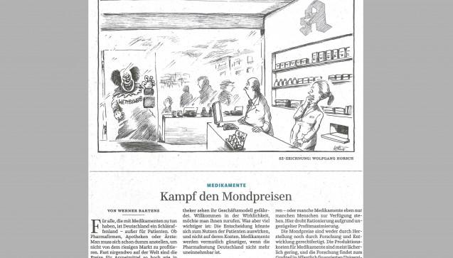 """Die """"Süddeutsche Zeitung"""" widmet den Apothekern viel Platz auf der Meinungsseite. Im Cartoon: Der """"Wettbewerb"""", dargestellt als """"Horror-Clown"""", kratzt von außen an der Apothekentür, innen schauen Apothekerin und Apotheker verängstigt. Naja, es gab schon witzigere Ideen. Im Kommentar mit dem Titel """"Kampf den Mondpreisen"""" wird Deutschland dann als """"Schlaraffenland"""" für alle bezeichnet, die mit Arzneimitteln zu tun haben – """"außer den Patienten"""". Das sei der Hintergrund, um das """"Geschrei der Lobbygruppen"""" einzuordnen. Problematisiert werden dann nur die hohen Arzneimittelpreise: Fast nirgendwo auf der Welt seien Arzneimittel teurer als hier, die Preise würden """"nach Gutdünken"""" vom Hersteller festgelegt, es drohe Rationierung durch Profitmaximierung. Was das alles mit der Preisbindung für Apotheken zu tun hat? Das weiß der Autor wohl selber nicht."""