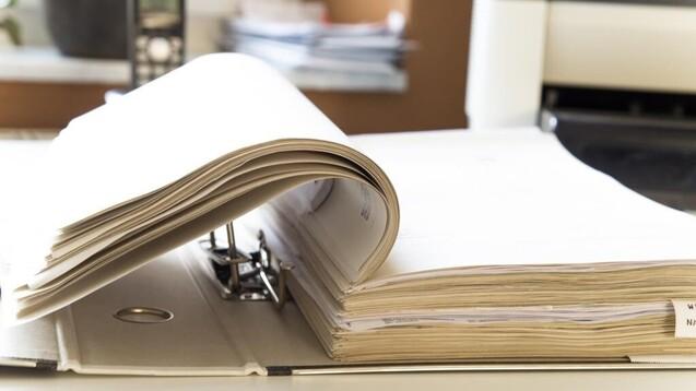 Ordner für Rechnungen braucht man bei der Sanacorp in Zukunft nicht mehr, der Großhändler stellt auf papierlose Rechnungen um. (Foto:ghazii / AdobeStock)