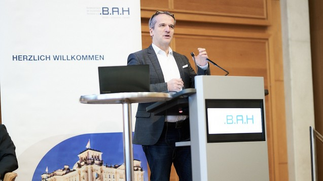 Michael Hennrich (CDU) zeigte bei der Berliner Runde des BAH den Stand der Dinge in Sachen Lieferengpässe auf. Mit dem Faire-Kassenwettbewerb-Gesetz sollen erste Maßnahmen ergriffen werden. Und auch danach wird das Thema nicht die politische Bildfläche verlassen. (m / Foto: Mike Fuchs / BAH)