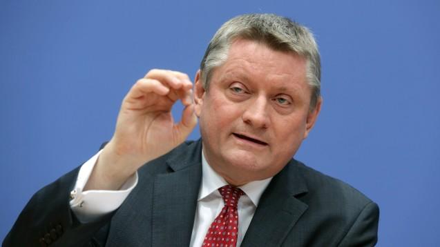 Bundesgesundheitsminister Hermann Gröhe hatte der KBV mit dem Staatskommissar gedroht - und ist nach Beschlüssen der Kassenärzte nun zufrieden. (Foto: dpa / picture alliance)