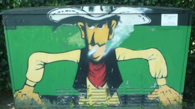 Rauchende Cowboys ade: Tabakwerbung auf Außenflächen und im Kino soll zukünftig verboten werden - mit Einschränkungen. Gegen Graffitis wie dieses in Hilden dürfte das Gesetz aber kaum greifen. (Foto: Paulgerhard / Wikipedia, CC BY-SA 3.0)