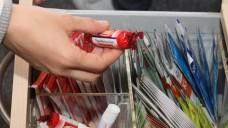 Was wird aus den kleinen Werbegeschenken für Apothekenkunden? Müssen sie künftig in der Schublade bleiben? ( r/Foto:Sket)