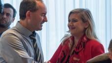 Bayerns Wirtschaftsminister Hubert Aiwanger (FW) und Melanie Huml (CSU) betreuen den bayerischen Pharmagipfel. (s / Foto: dpa)