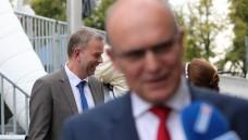 Gewinner unter sich: Ministerpräsident Erwin Sellering (Vordergrund, SPD) wird seine Koalition mit der CDU fortführen können. Wahrer Wahlgewinner ist allerdings Leif-Erik Holm, der mit seiner AfD aus dem Stand knapp 21 Prozent holte. (Foto: dpa)