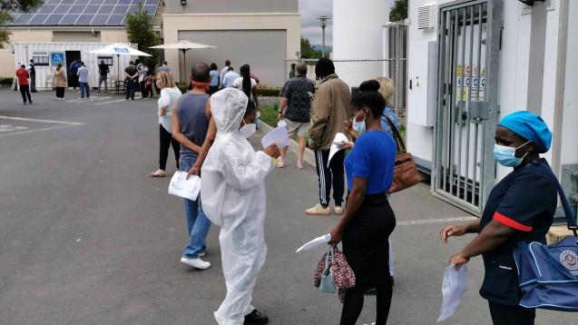 Menschen warten auf den COVID-19-Test in Johannesburg, Südafrika, 2. Februar 2021. Südafrika meldete am Sonntag 4.525 neue Coronavirus-Fälle in den letzten 24 Stunden. Das Gesundheitsamt des Landes berichtete, dass die nationale Zahl auf 1.453.761 gestiegen ist. (Foto: IMAGO / Xinhua)