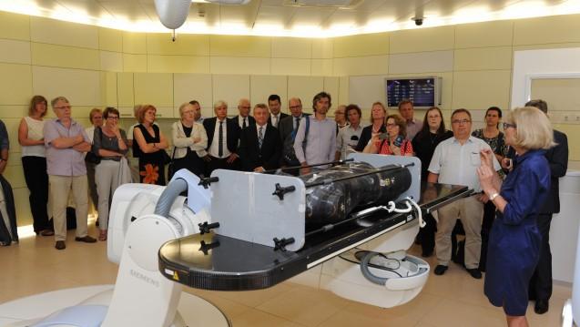 Minister Gröhe zeigt sich beeindruckt von der Ionenstrahltherapie. (Foto: Schinkel/BMG)