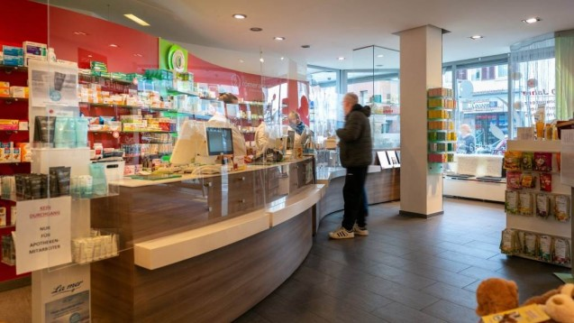 Muss trotz Plexiglas vor dem HV-Tisch eine Maske getragen werden? Die Frage stellen sich derzeit viele Apotheken. ( r / Foto: imago images / Mattias Christ)